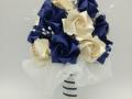 Mcs.43.sz Menyasszonyi csokor kék-fehér fényes papírból.Ára: 9000 Ft