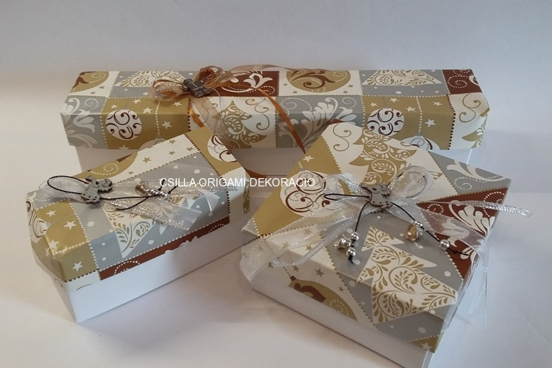 Kd6.sz. Barna-fehér színű karácsonyfadíszek dobozai