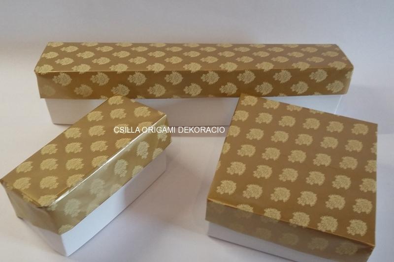 Kd3.sz. Arany-fehér színű karácsonyfadíszek dobozai