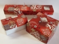 Kd5.sz. Piros színű karácsonyfadíszek dobozai